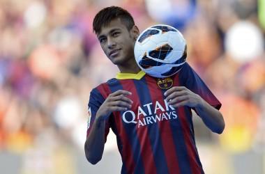 El jugador del Barcelona, Neymar, controla el balón en su presentación oficial el lunes, 3 de junio de 2013, en Barcelona. (AP Photo/Manu Fernandez)